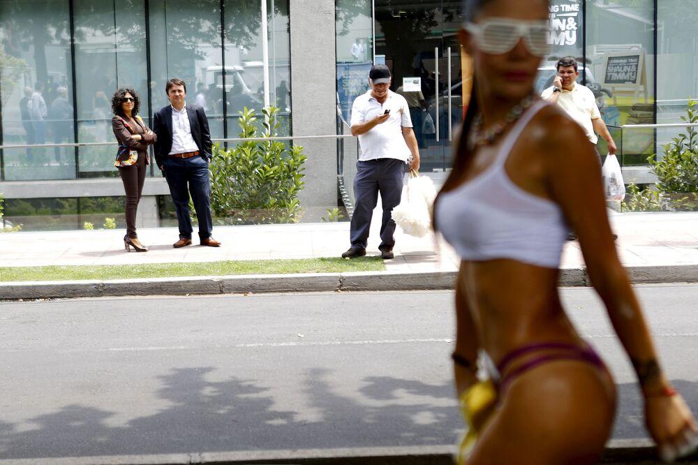 Tancerka egzotycznych tańców podczas występu na ulicy w Santiago