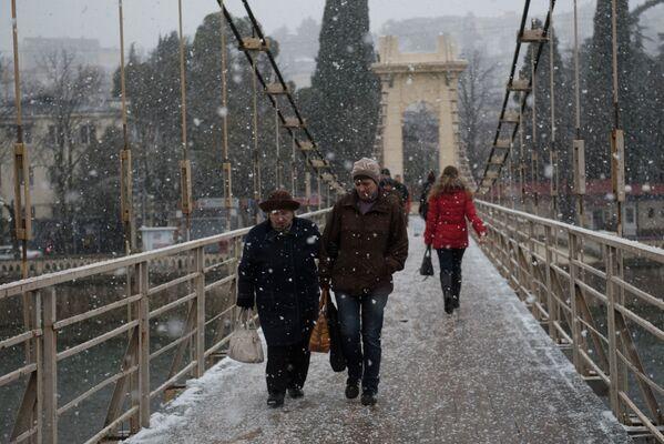 Przechodnie w Soczi podczas opadów śniegu - Sputnik Polska
