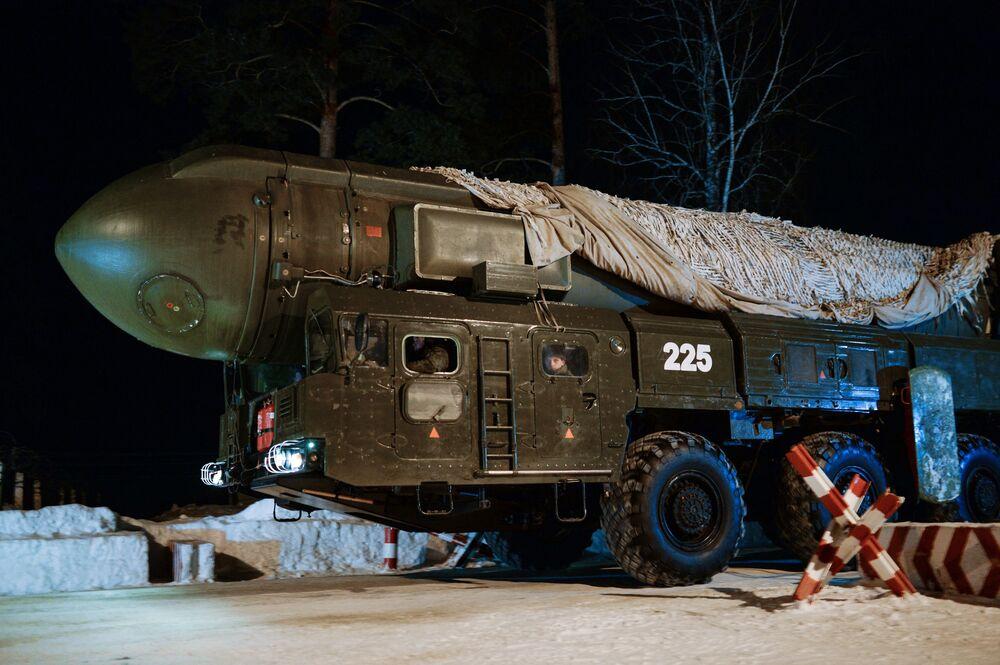 """Mobilny rakietowy system """"Topol"""" nowosybirskiej formacji rakietowej przemieszcza się na miejsce ćwiczeń."""