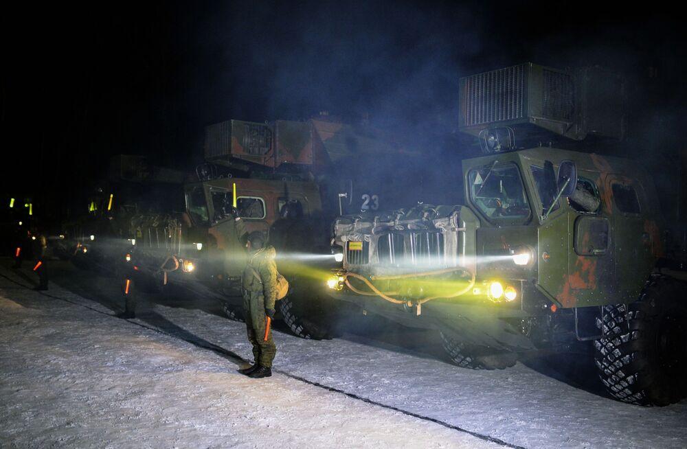 Pojazdy grupy logistycznej przed wyruszeniem na miejsce ćwiczeń.