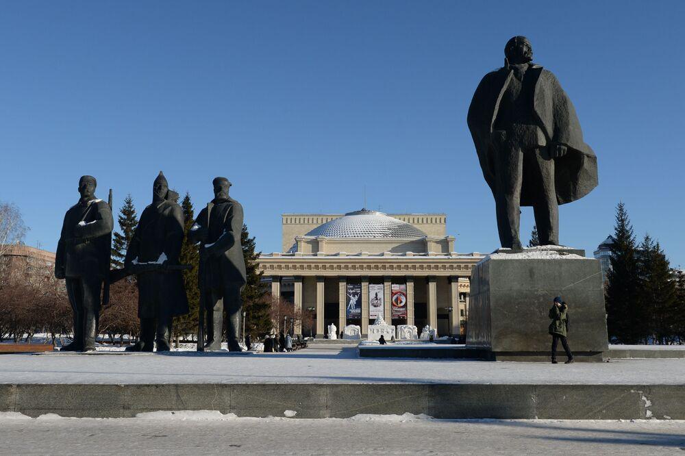 Grupa rzeźbiarska przed budynkiem Nowosybirskiego Teatru Opery i Baletu na Placu Lenina