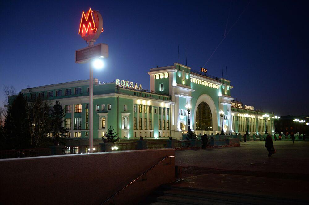 """Dworzec kolejowy """"Nowosybirsk Główny"""" i wejście do metra w Nowosybirsku"""
