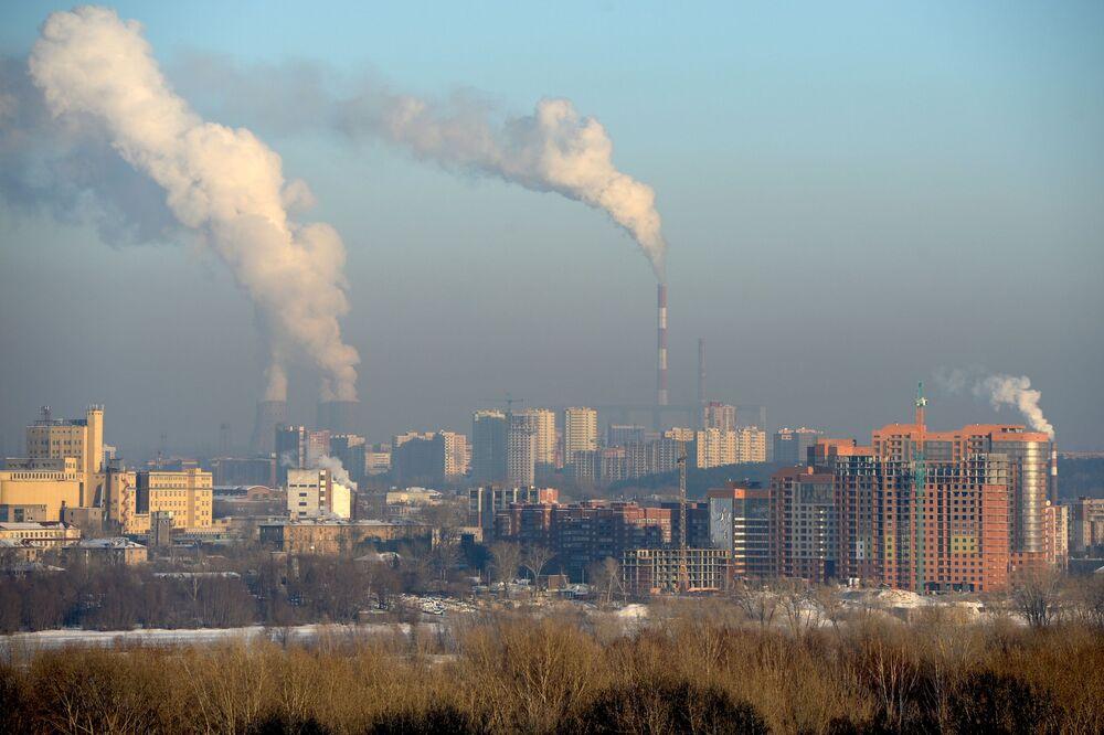 Widok na domy mieszkalne przy ul. Wybornaja i na nabrzeże rzeki Ob w Nowosybirsku
