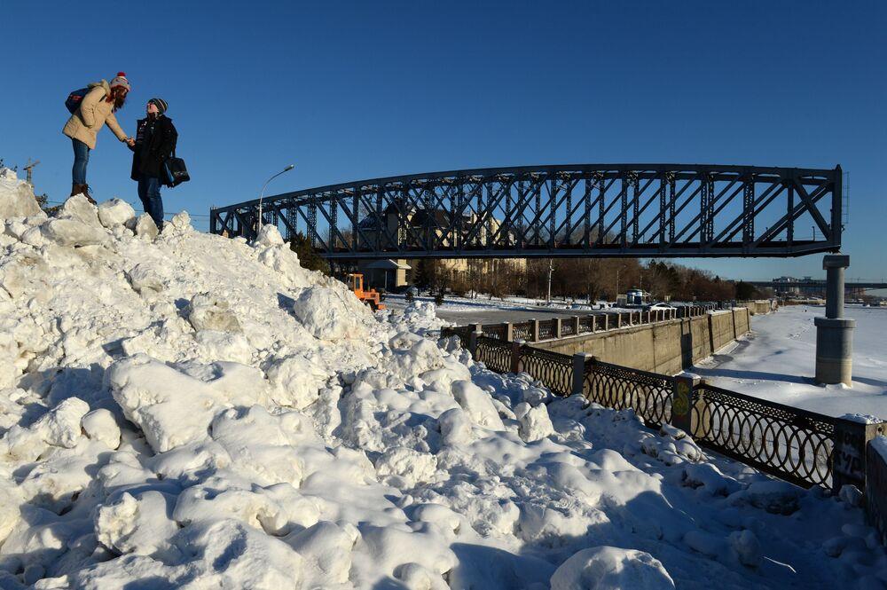 """Młodzież w parku """"Zalążek Miasta"""" położonym nad brzegiem Obu, gdzie mieści się fragment mostu kolejowego, z którego budową wiążą się początki osady, przemianowanej następnie na Nowosybirsk"""