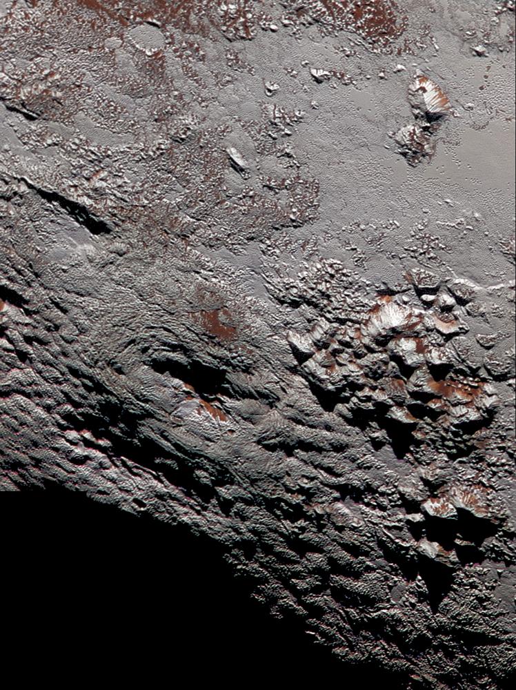 Erupcje kriowulkaniczne na powierzchni Plutona