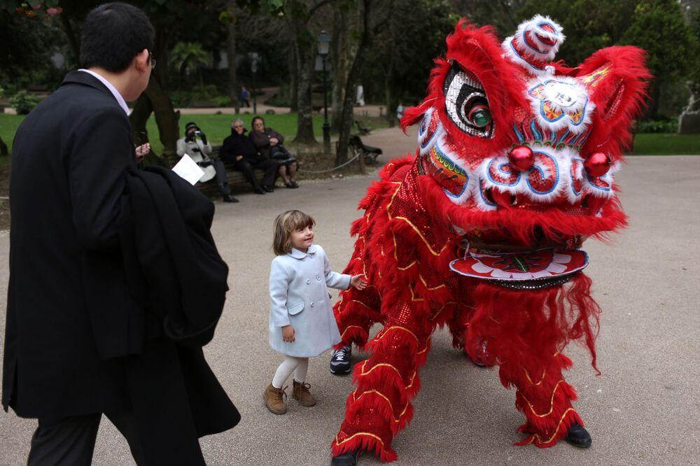 Uczestnicy obchodów chińskiego nowego roku w Lizbonie