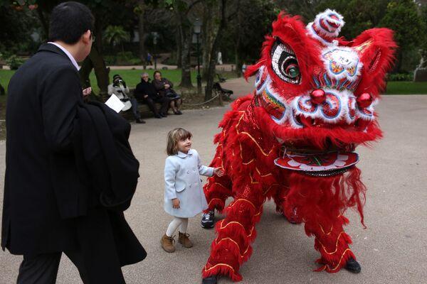 Uczestnicy obchodów chińskiego nowego roku w Lizbonie - Sputnik Polska