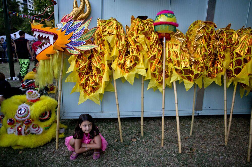 Dziewczyna siedzi obok dekoracji dla chińskiego nowego roku w Argentynie