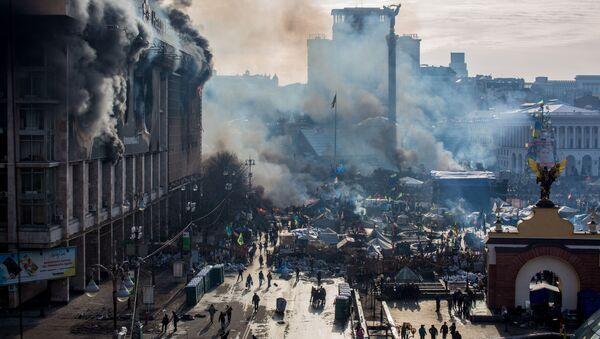 Dym od pożarów i zwolennicy opozycji na placu Niezależności w Kijowie - Sputnik Polska