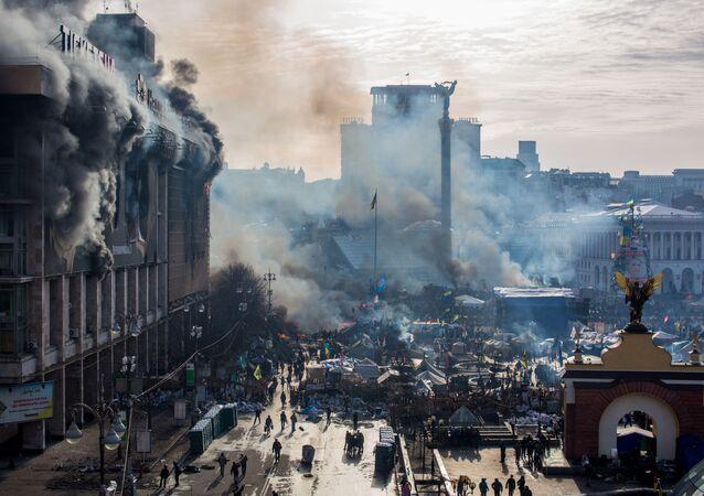 Dym od pożarów i zwolennicy opozycji na placu Niezależności w Kijowie