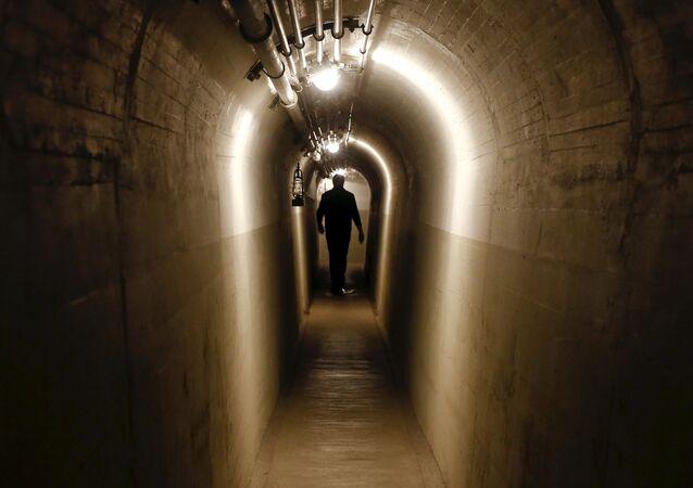 Tunel łączący bunkry byłego artyleryjskiego fortu w mieście Faulensee