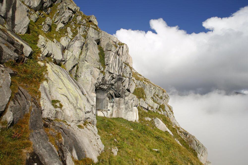 Fort znajdujący się na wysokości 2 106 metrów na Przełęczy Świętego Gotarda