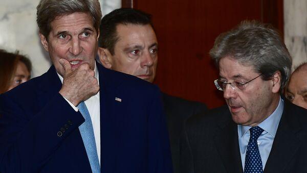 Sekretarz stanu USA John Kerry i minister spraw zagranicznych Włoch Paolo Gentiloni przed rozpoczęciem wspólnej konferencji w Rzymie - Sputnik Polska