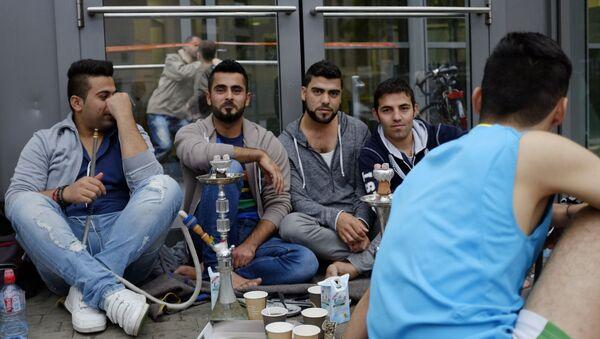 Uchodźcy z Bliskiego Wschodu przy centrum wystawowym w Hamburgu, w którym zorganizowano czasowy ośrodek dla uchodźców - Sputnik Polska