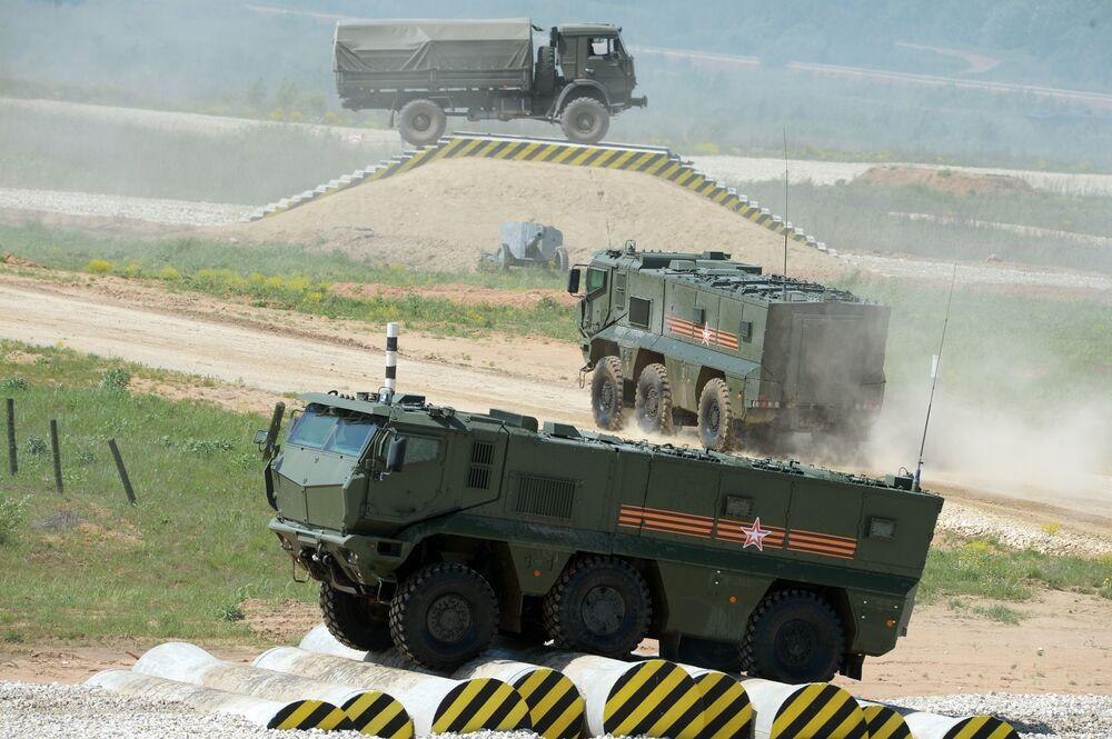 """Pojazd pancerny """"Tajfun-K"""" podczas pokazu sprzętu w ramach przygotowań do międzynarodowego forum wojskowo-technicznego """"Armia-2015"""" w obwodzie moskiewskim"""