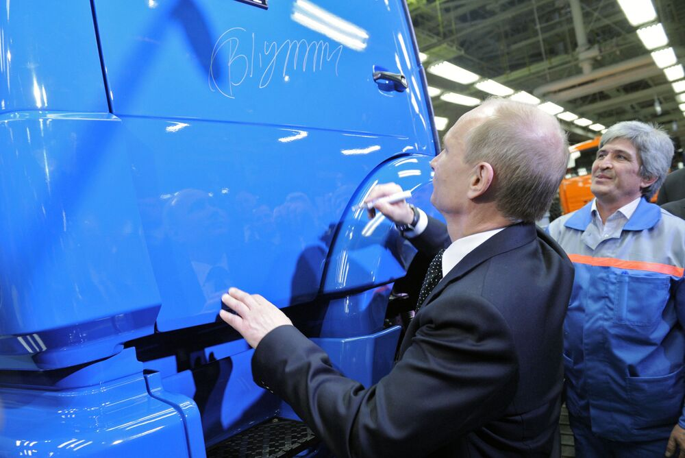 Władimir Putin zostawił swój autograf na drzwiach ciężarówki podczas wizyty fabryki KamAZ w Nabierieżnyje Czełny w Tatarstanie