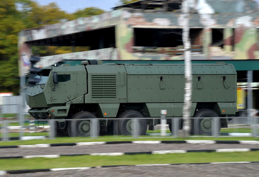 """Ciężarówka KAMAZ """"Tajfun"""" podczas demonstracji modeli pojazdów silnikowych """"KAMAZ"""""""