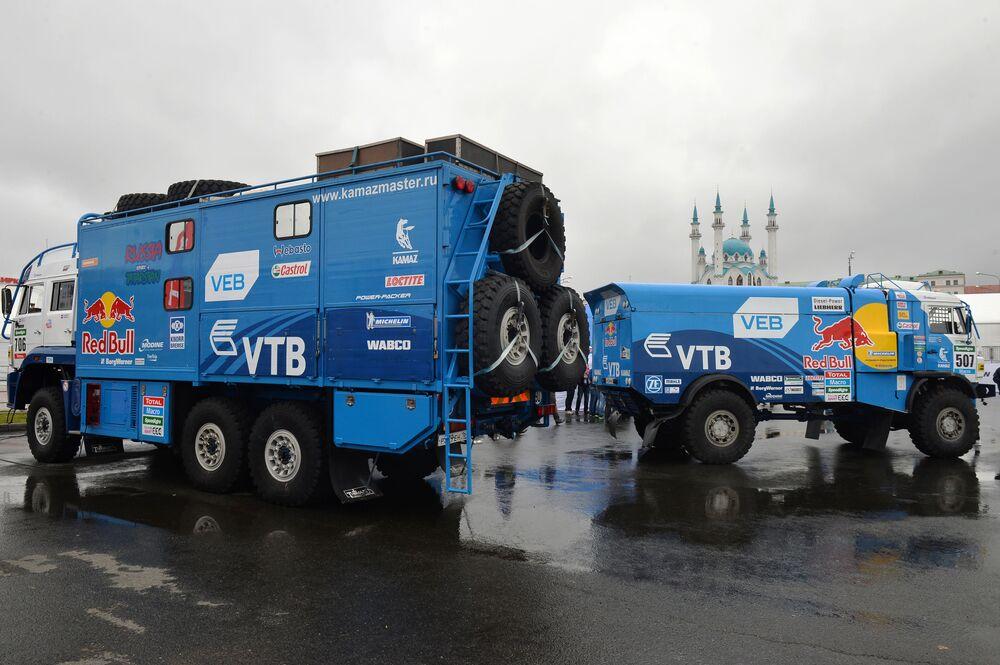 """Samochody drużyny """"KAMAZ-Master"""" na pokazie samochodowym Kazan City Racing na Placu Tysiąclecia w Kazaniu"""