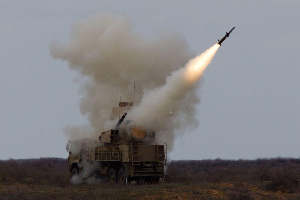 """Wystrzał rakiet systemu przeciwlotniczego """"Pancyr-S"""" w ramach ćwiczeń sił obrony powietrznej na poligonie Aszuluk w obwodzie astrachańskim."""