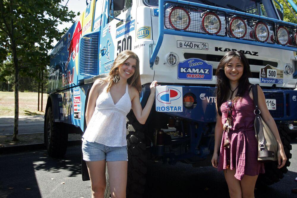 """Dziewczyny pozują na tle ciężarówki """"KAMAZ-Master"""" na rajdzie Dakar"""