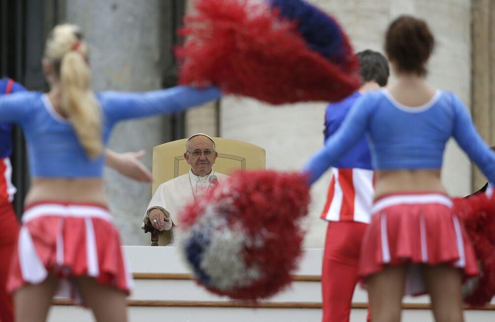 Papież Franciszek podczas występu trupy amerykańskiego cyrku w Watykanie