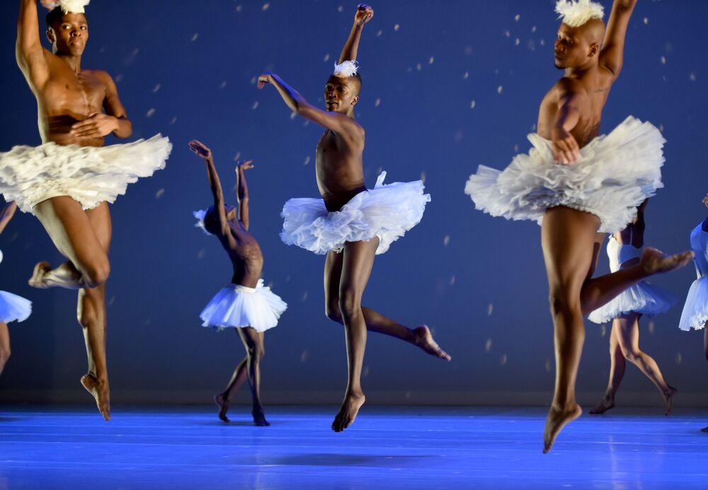Tancerze podczas próby baletu Jezioro Łabędzie w Nowym Jorku