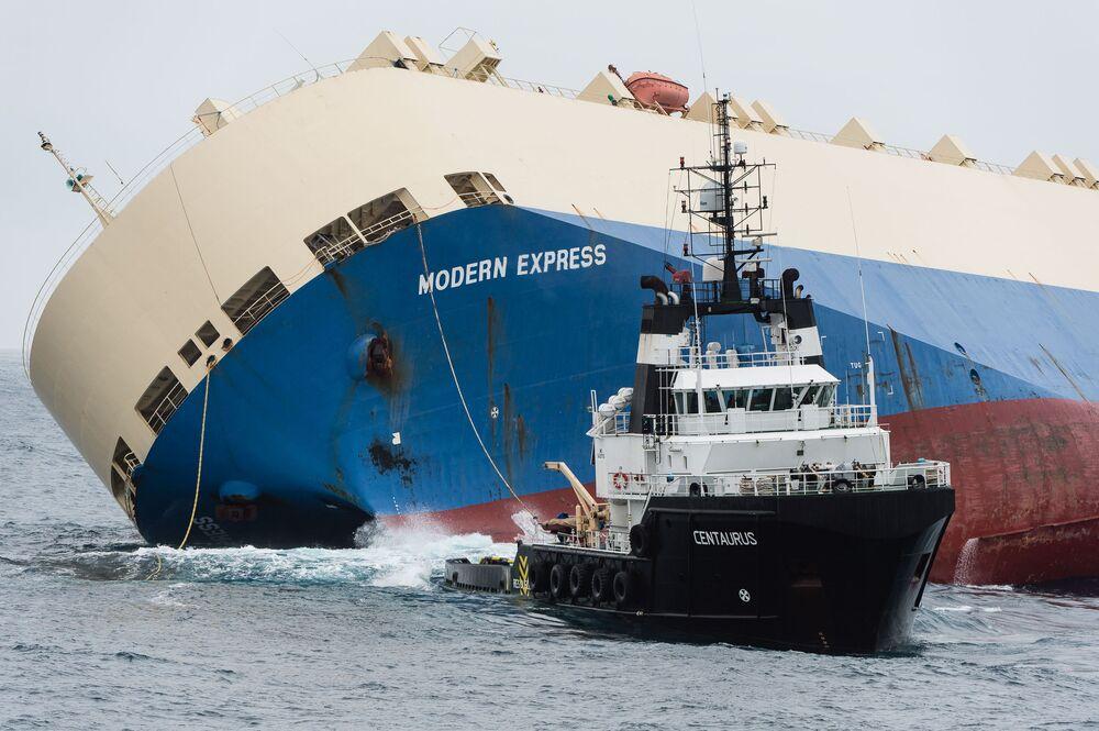 Holowanie przewróconego statku Modern Express