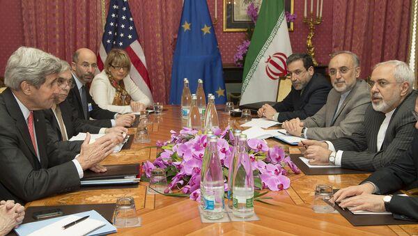 Sekretarz stanu USA John Kerry składa kondolencje w związku ze śmiercią matki prezydentowi Iranu Hassanowi Rouhani przed sesją negocjacyjną na temat rańskiego proramu jądrowego w Lozannie w marcu 2015 - Sputnik Polska