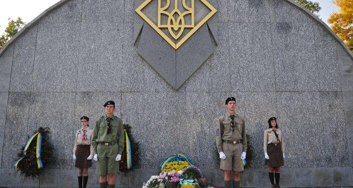 Obchody rocznicy utworzenia UPA, Ukraina. Warta honorowa przy pomniku nieznanego żołnierza UPA.