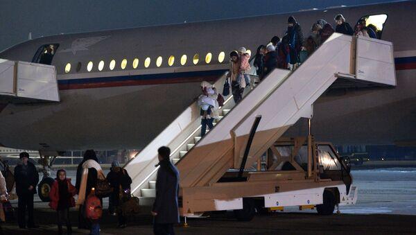 Rosyjskie samoloty z obywatelami Rosji, Polski, Ukrainy i innych krajów na pokładzie wylądowały na lotnisku Czkałowski - Sputnik Polska