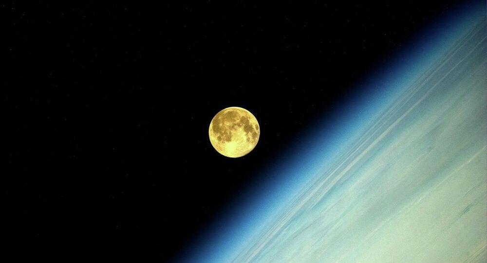 Zdjęcie Księżyca wykonane przez rosyjskiego kosmonautę Olega Artiemjewa na MSK