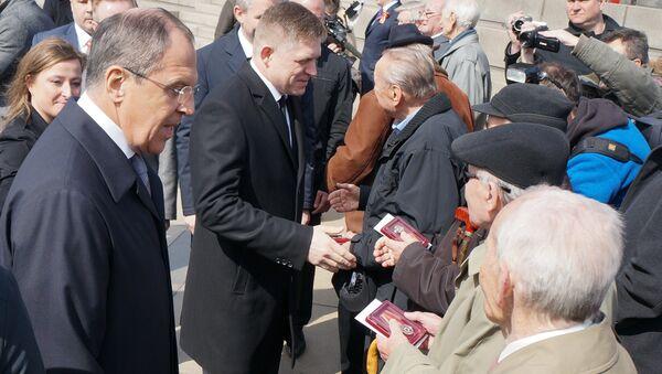 Premier Słowacji Robert Fico i minister spraw zagranicznych Siergiej Ławrow podczas uroczystości z okazji wyzwolenia Bratysławy 4 kwietnia 1945 roku - Sputnik Polska