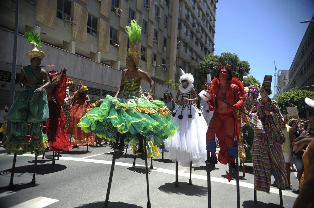 Uczestnicy parady podczas karnawału ubierają się w kolorowe kostiumy