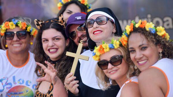 Uczestnicy parady podczas karnawału ubierają się w kolorowe kostiumy - Sputnik Polska