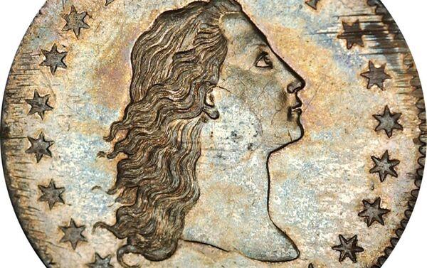 Grawer Robert Scott przedstawił na awersie monety kobietę z rozpuszczonymi włosami – symbol wolności. W górnej części umieszczono napis LIBERTY, po bokach po 15 sześcioramiennych gwiazd, zgodnie z liczbą stanów amerykańskich w okresie emisji monety. Na rewersie widoczny jest bielik amerykański – symbol heraldyczny Stanów Zjednoczonych. - Sputnik Polska