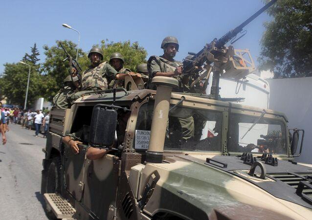 Żołnierze w kurorcie  Susa, w którym doszło do ataku terrorystycznego w czerwcu 2015 r.