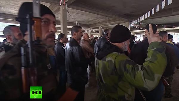 Ochotnicy syryjskiej armii na kursach rekrutów uczyli się strzelać z Kałasznikowa - Sputnik Polska