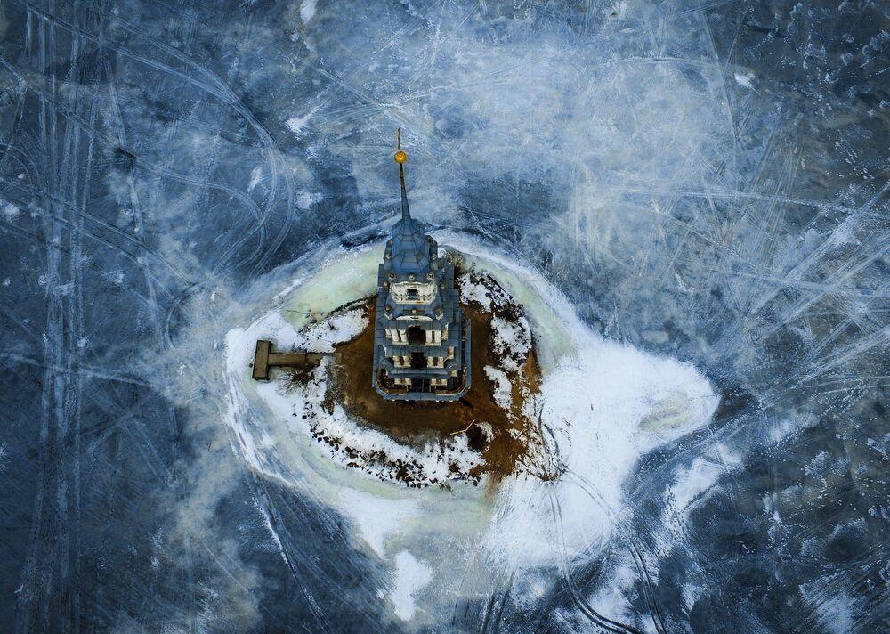 Dzwonnica soboru św. Mikołaja, zalana przez wody utworzonego w 1939 Zbiornika Uglickiego