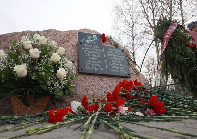 Kwiaty przy kamieniu pamiątkowym w miejscu katastrofy polskiego Tu-154 pod Smoleńskiem