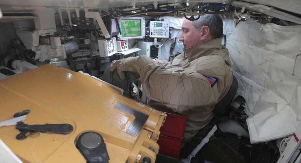 Wicepremier Rosji Dmitrij Rogozin w czołgu T-90
