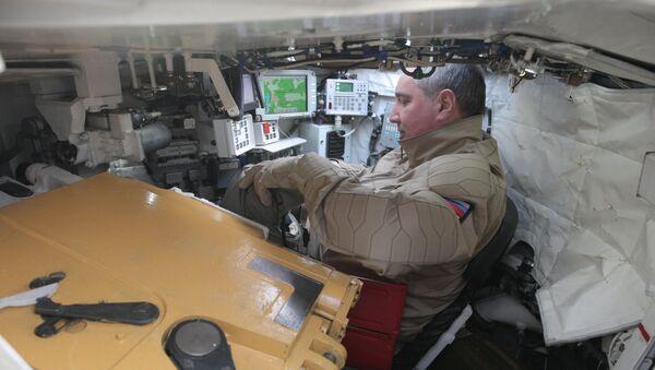 Wicepremier Rosji Dmitrij Rogozin w czołgu T-90 - Sputnik Polska