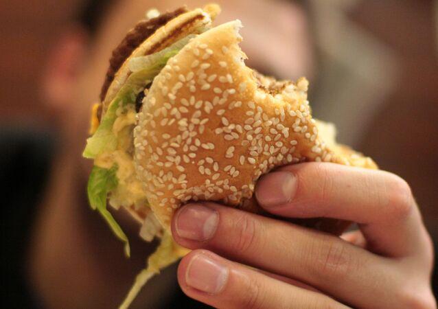 Hamburger z baru szybkiej obsługi sieci McDonald's