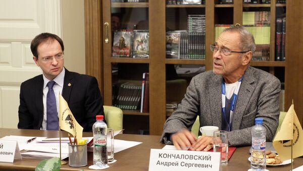 Andriej Konczałowski i Władimir Medinski podczas posiedzenia Rady Twórczej Rosyjskiego Towarzystwa Wojskowo-Historycznego (RWIO) - Sputnik Polska