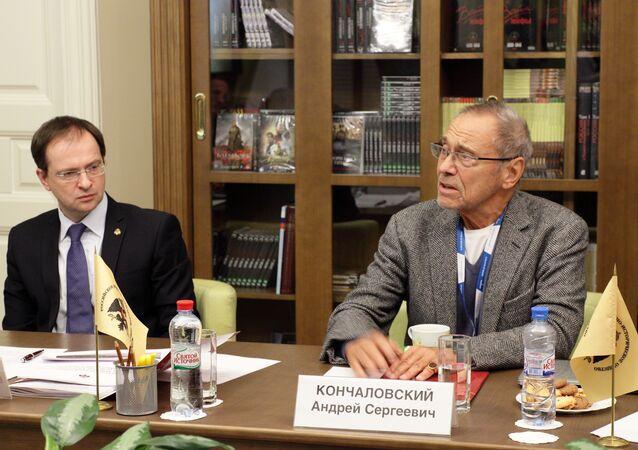 Andriej Konczałowski i Władimir Medinski podczas posiedzenia Rady Twórczej Rosyjskiego Towarzystwa Wojskowo-Historycznego (RWIO)