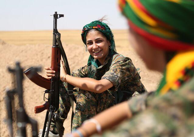 Kurdyjska wojowniczka z szeregów kobiecej samoobrony w syryjskim el-Hasaka