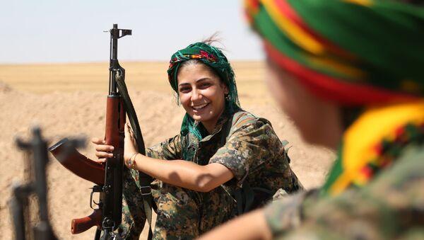 Kurdyjska wojowniczka z szeregów kobiecej samoobrony w syryjskim el-Hasaka - Sputnik Polska