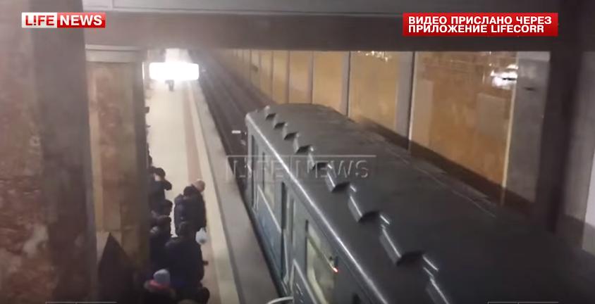W moskiewskim metrze w ostatniej chwili uratowano kobietę, która spadła na tory