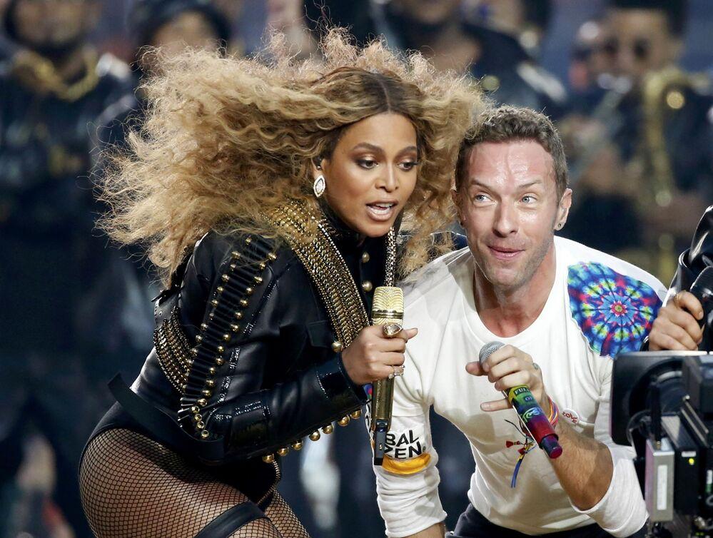 Śpiewaczka Beyonce i śpiewak Chris Martin z zespołu Coldplay podczas Superpucharu w Kalifornii