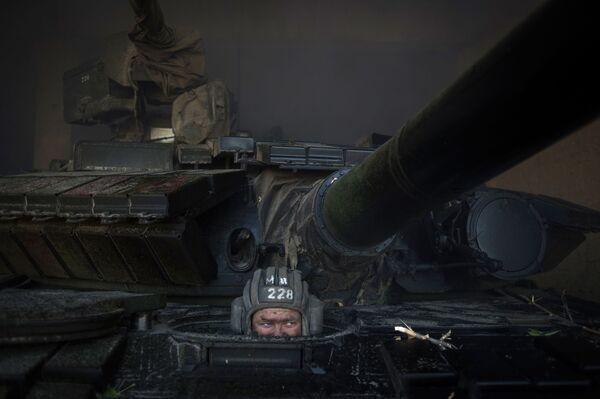 Bojownik ŁRL podczas wycofania broni z linii frontu w proklamowanej Ługańskiej Republice Ludowej - Sputnik Polska