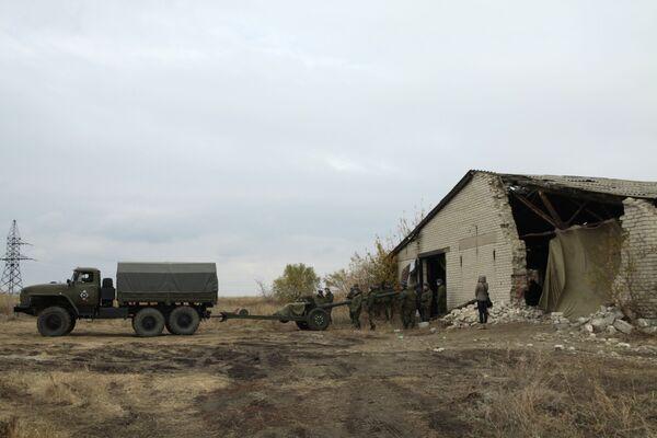 Wojskowa technika wycofana z linii frontu w obwodzie donieckim - Sputnik Polska